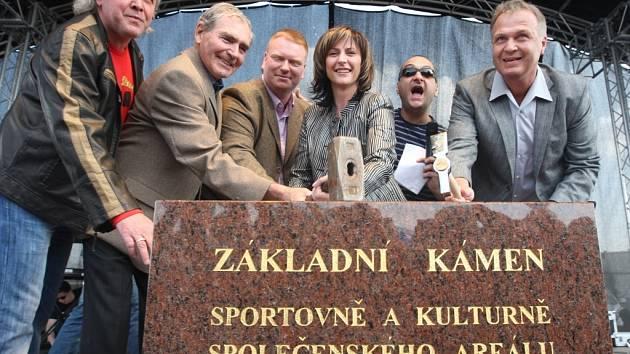 Na základní kámen primátorka poklepala spolu s investory a moderátorem a bavičem Patrikem Hezuckým.