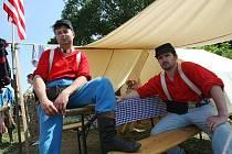 Dělostřelci v táboře kavaleristů.