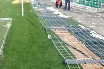 FANOUŠCI Jablonce i Boleslavi po sobě nechali poničený chomutovský stadion, odnesly to sedačky i plot pod tribunami.