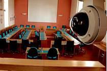 Takhle vidí sál hlavní kamera. Prázdný sál se v pondělí skoro po půl roce znovu zaplní. Volbu nového primátora můžete sledovat online díky nově nainstalovaným kamerám (vpravo).