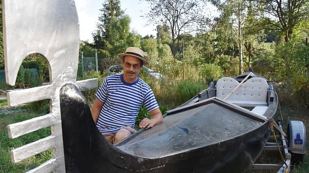 Gondolu koupil Vítězslav Vančura jako pouhou filmařskou rekvizitu, přetvořil ji ale na skutečné plavidlo.