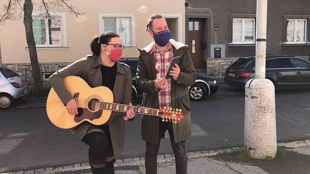 Lukáš Budai a Adéla Radimcová zpívají v ulicích Chomutova.