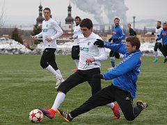 Na umělém trávníku u Moniky v sobotu hostili fotbalisté FC Chomutov (v bílém), divizní tým FK Ostrov.       V zápase dvou rozdílných poločasů se nakonec radovali hosté.