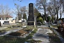 Hrob, kde spočívají ostatky rodiny Andersových (Eduard Anders, Anna Anders, Marie Anders, Leopold Anders), Anny Panznerové a Aloise Hasse.
