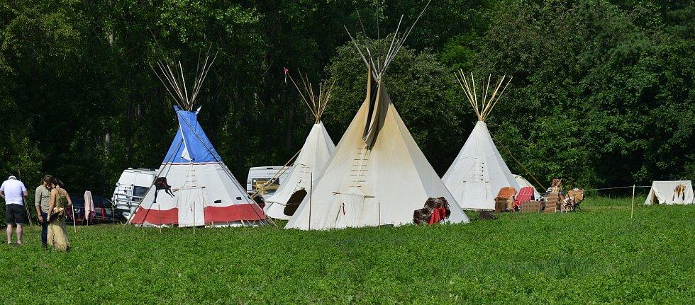 Na prostranství za Březnem u Chomutova se v historické bitvě utkali indini a vojska generála Custera.