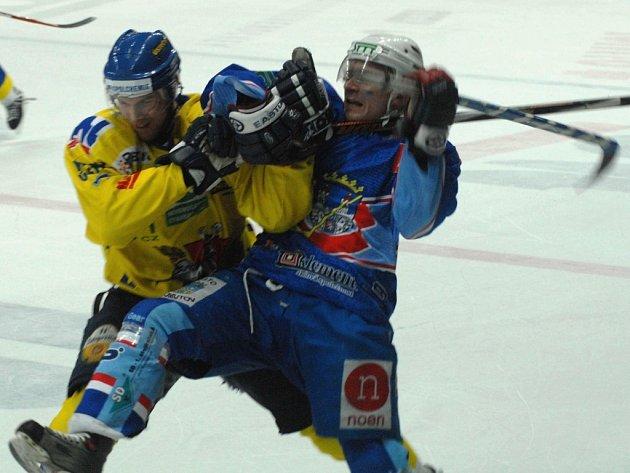 Hráč Slovanu Ústí a KLH Chomutov ve třetí třetině zápasu.