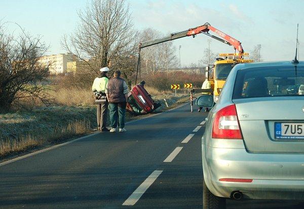 Červený Ford skončil na střeše, jeho řidička nezvládla zledovatělou zatáčku uBandy. Naštěstí vyvázla bez zranění.