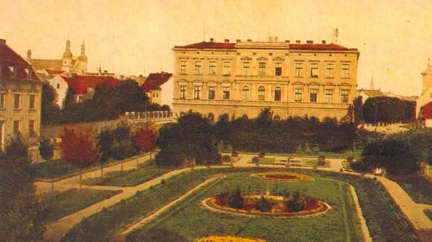 Na zhruba sto let staré reprodukci je vidět krásně kvetoucí park (tehdy park Theodora Körnera) hrající barvami. Kromě přirozené zelené především červenou a žlutou. Vlevo jsou vidět věže kostela sv. Ignáce.
