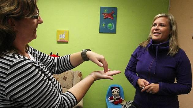 S neslyšícími, nedoslýchavými či hluchoněmými dnes mohou lépe komunikovat úřednice z chomutovského magistrátu, ale i chomutovští strážníci. Na snímku Jitka Nejedlá a Šárka Fuková z oddělení sociálně- právní ochrany dětí.