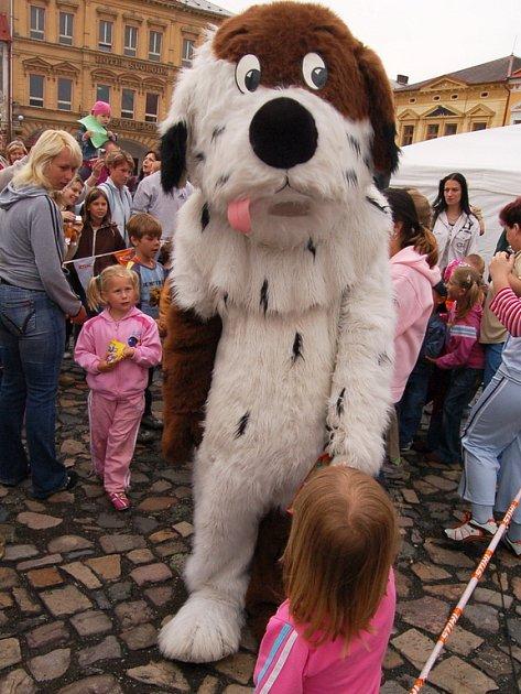 Maxipes Fík na kadaňském náměstí byl vobležení dětí. Každý si na něj ina další pohádkové postavičky chtěl sáhnout.