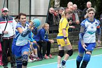 Helena Benešová (s míčem) a Jaroslava Čihařová v utkání proti Draken Brno