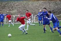 Fotbalistům LoKo (v červeném) se branku střelit nepovedlo