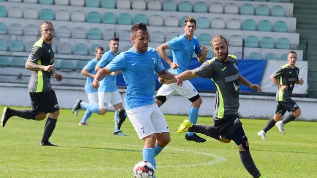 Kadaň (v modrém) podlehla Mosteckému fotbalovému klubu.