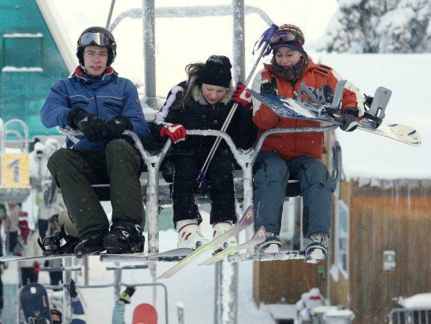 Na horách panují ideální podmínky jak pro milovníky sjezdového lyžování, tak pro běžkaře.