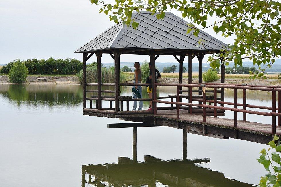 Molo na račetické Pískovně - nádrži, která je na území obce jediným výletním místem.