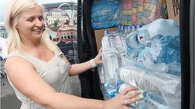 Dodávka vezla i balenou pitnou vodu.