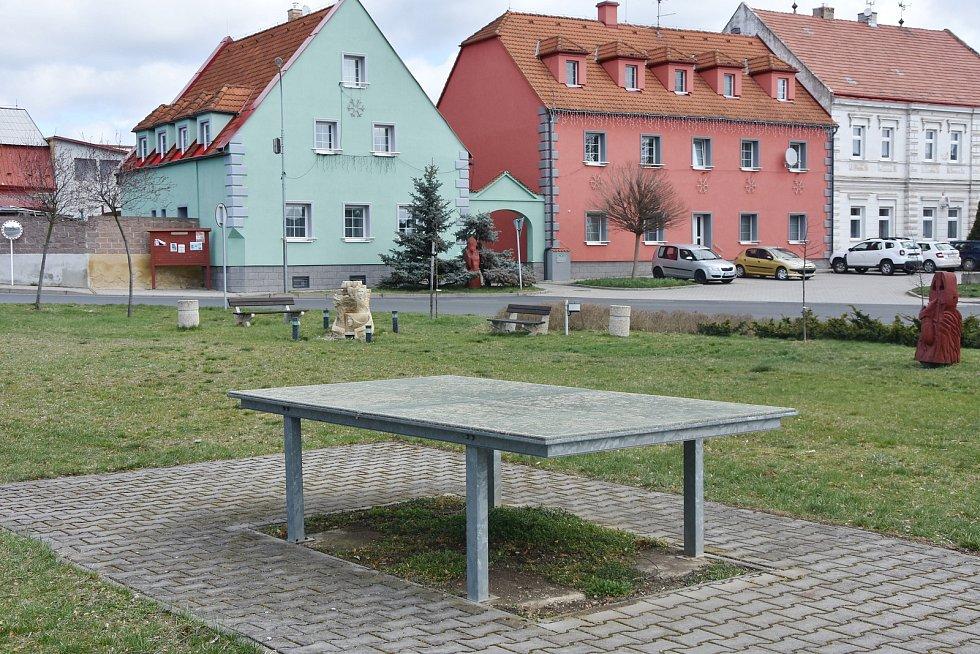 V centru Hrušovan nechybí dětská hřiště, posezení v altánu, ani stůl na hraní stolního tenisu.