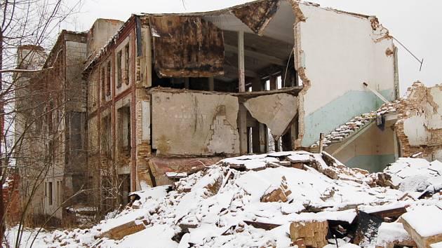 Jeden z polorozpadlých domů ve Vejprtech.