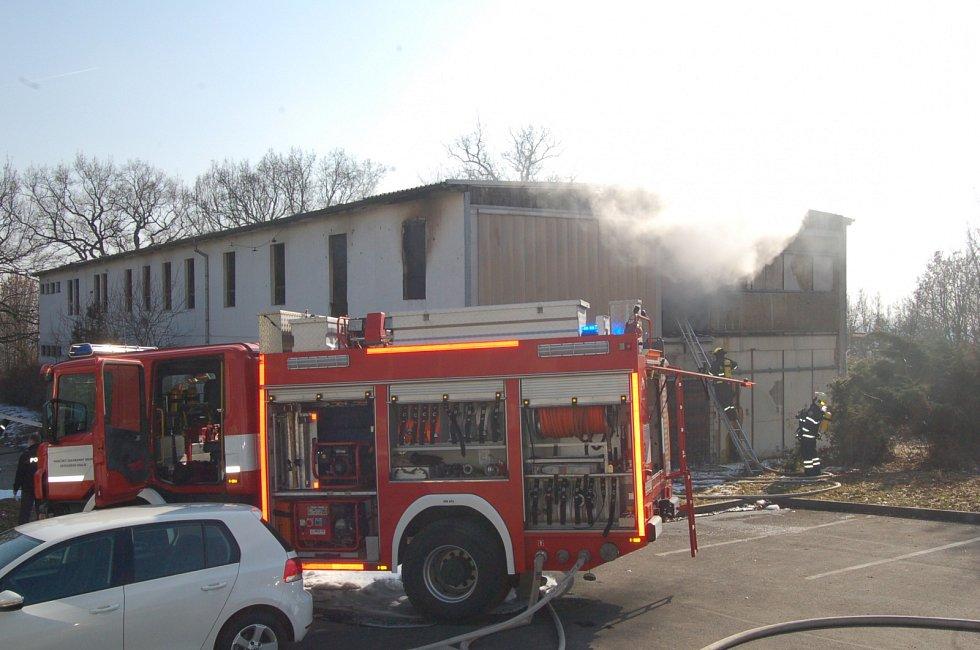 Takhle budova vypadala v březnu loňského roku, kdy tu hořelo.