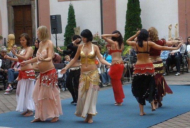 """Atrium SKKS v Chomutově. Taneční a hudební show """" Afro  a Orient Expres"""". Na snímku skupina Farah  z Chomutova."""