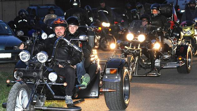 Chomutovský motorkářský klub uspořádal spanilou noční jízdu proti islamizaci naší republiky.