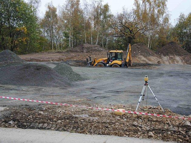 I v závěru roku dělníci v Jirkově pracují na řadě staveb, některé dokončují. Jednou z nich je první etapa vybudování nového centrálního parkoviště pro 73 aut (na snímku) v Mládežnické ulici.