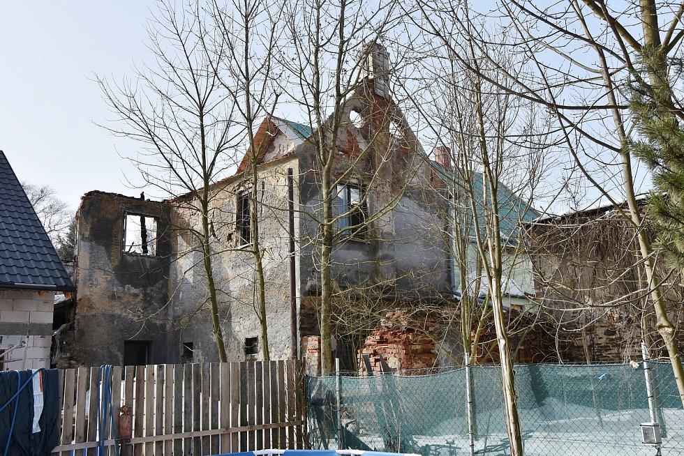 Požár se přenesl z neobývaného domu (na snímku) na dva sousední. Nejhůř dopadla hrázděnka rodiny Drexlerových.