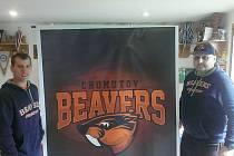 Kapitán Marek Malý (vlevo) a předseda Beavers Jan Přibyl představují nové logo Bobrů.