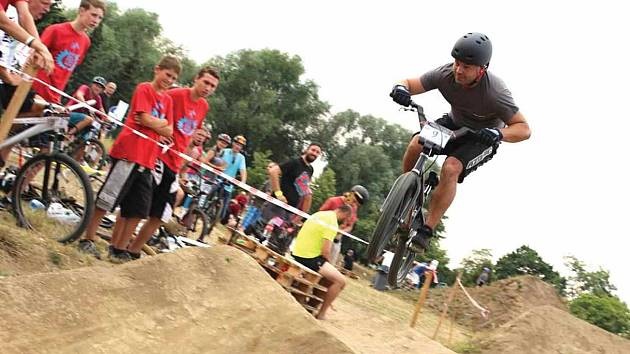 V Olejomlýnském parku v Jirkově vyroste dráha se zvlněným povrchem (pumptrack). Na obrázku cyklista při jízdě na dráze.