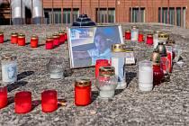 Pietní místo v Nemocnici Chomutov, které vzniklo blízko interního oddělení, kde náhle zemřel 23letý Viktor M.