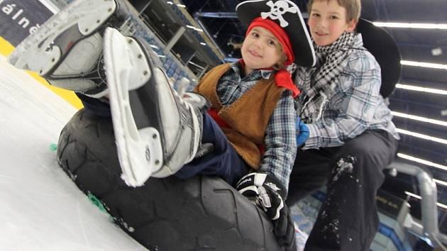MAŠKARNÍ NA LEDĚ si v neděli užily desítky rodin z Chomutova. Jednou z nejoblíbenějších disciplín se stalo ježdění na pneumatice. Celé odpoledne na zápolení dohlížela Koza Róza.
