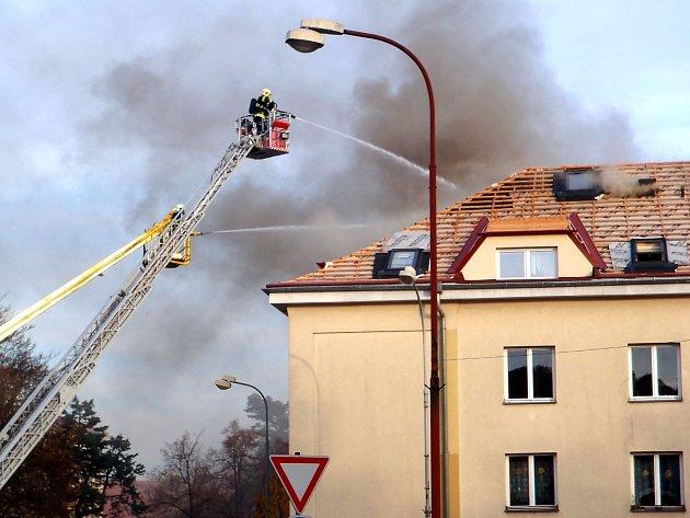 Hasiči bojují s požárem střechy v Kadani.