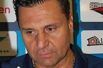Trenér Pirátů Vladimír Růžička při rozhovoru po prvním tréninku na velké ledové ploše.