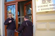 Na okresní soud v Chomutově dorazila podezřelá zásilka, budovu hlídali policisté, zasahovali tu i hasiči.