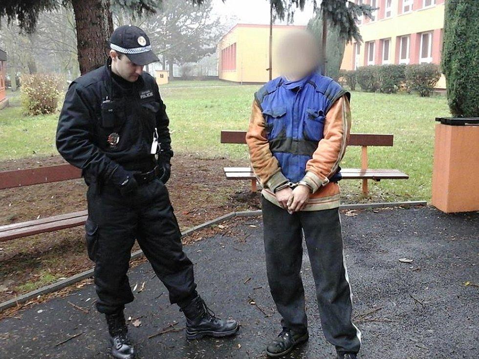 """Zadržený """"pozorovatel"""" u chomutovské školy."""