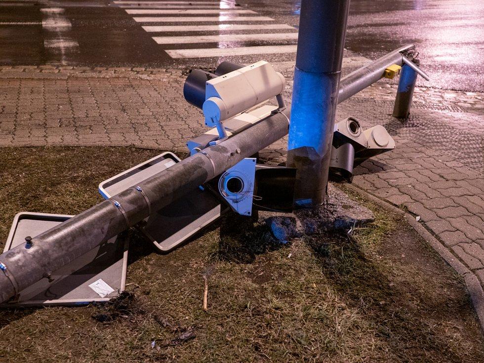 V Chomutově v neděli 10. března večer porazil silný vítr sloup semaforu v křižovatce ulic Zborovská a Blatenská.
