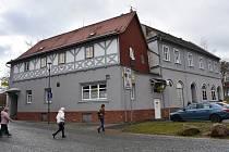 Dům byl postavený před rokem 1800, do soukromých rukou přešel v devadesátých letech minulého století. Donedávna v něm byla hospoda a diskotéka.