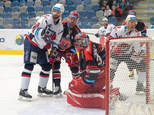 Piráti Chomutov v bílích dresech ve druhé třetině dokázali třemi góly otočit vývoj zápasu s Hradcem.