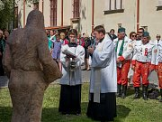 Slavnostní odhalení sochy sv. Prokopa, patrona horníků, v parčíku u chomutovské radnice.