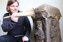 Archeolog Miroslav Sýkora čistí nalezený podstavec Božích muk znázornující Ignáce z Loyoly.