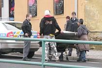 Chlapce, kteří most do školy vyrazili do sběrny, zastavila policejní hlídka. Dostali pokutu a jeli dál.