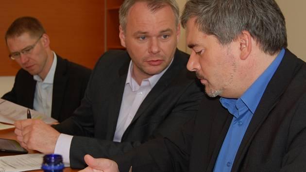 Nové vedení Chomutova. Marek Hrabáč uprostřed, vpravo Daniel Černý a vzadu pak Marian Bystroň.