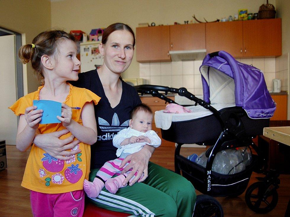 """Jarmila Rjabcová (25) bydlí se svými dětmi a partnerem na té """"správné straně"""". V bytě první kategorie. Na snímku s pětiletou Aničkou a dvouměsíční Adélkou. Ještě má čtyřletou Petrušku."""