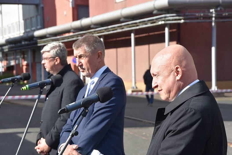 Bývalou elektrárnu v Prunéřově, místo které by mohla vzniknout gigafactory, navštívil premiér Andrej Babiš spolu s vicepremiérem Karlem Havlíčkem (na snímku vlevo) a generálním ředitelem a předsedou představenstva ČEZ Danielem Benešem (vpravo).