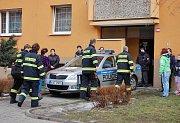 Policejní vůz před domem, v kterém v sobotu hořelo