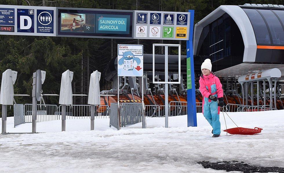 S maminkou si přijela užít sníh sedmiletá Kačenka z Klášterce nad Ohří.