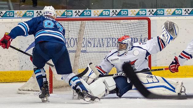 Chomutovští hokejisté (v bílém) v přípravném zápase s ruským Sachalinem.