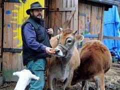 Farmář Radoslav Malarik z Drmal s okatou krávou Filoménou
