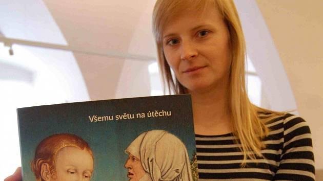 Jedna z editorek, Renáta Gubíková, s knihou.