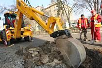 Dělníci kadaňské stavební společnosti Petrom provádějí rekonstrukci povrchu komunikace v ulici 5.května.